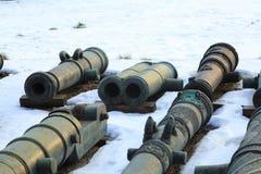 Παλαιά πυροβόλα όπλα στο χιόνι Στοκ εικόνα με δικαίωμα ελεύθερης χρήσης