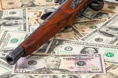 Παλαιά πυροβόλο όπλο και χρήματα Στοκ φωτογραφία με δικαίωμα ελεύθερης χρήσης