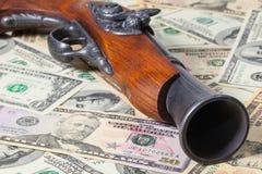 Παλαιά πυροβόλο όπλο και χρήματα Στοκ Φωτογραφίες