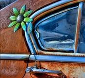Παλαιά πόρτα αυτοκινήτων με το λουλούδι Στοκ Εικόνα