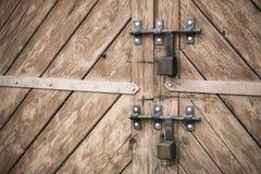 Παλαιά πόρτα και λουκέτα ανασκοπήσεις που τίθεν&tau Στοκ Εικόνες