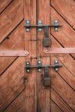 Παλαιά πόρτα και λουκέτα ανασκοπήσεις που τίθεν&tau Στοκ εικόνα με δικαίωμα ελεύθερης χρήσης