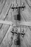 Παλαιά πόρτα και λουκέτα ανασκοπήσεις που τίθεν&tau Στοκ Φωτογραφίες