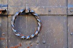 Παλαιά πόρτα μετάλλων grunge με τα καρφιά και στριμμένη σκουριασμένη λαβή πορτών υπό μορφή δαχτυλιδιού Στοκ φωτογραφία με δικαίωμα ελεύθερης χρήσης