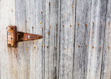 Παλαιά πόρτα σιταποθηκών με τη σκουριασμένη άρθρωση Στοκ φωτογραφία με δικαίωμα ελεύθερης χρήσης