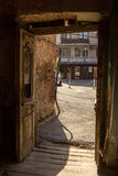 Παλαιά πόρτα στα παλαιά σπίτια στην παλαιά πόλη Στοκ Εικόνα