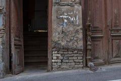 Παλαιά πόρτα στα παλαιά σπίτια στην παλαιά πόλη Στοκ εικόνες με δικαίωμα ελεύθερης χρήσης
