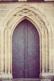 Παλαιά πόρτα στην κατ'ευθείαν γραμμή γοτθική αψίδα με την εκλεκτής ποιότητας επεξεργασία Στοκ Φωτογραφίες