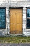Παλαιά πόρτα στο σπίτι τούβλου Στοκ Εικόνα