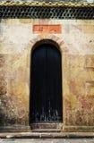 Παλαιά πόρτα του κινεζικού σπιτιού κατοικιών με το παραδοσιακό σχέδιο και του σχεδίου στο ασιατικό ύφος στην Κίνα Στοκ Εικόνες