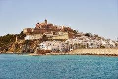 Παλαιά πόλης άποψη της Ισπανίας Ibiza των Βαλεαρίδων $νήσων από την παραλία Στοκ Εικόνες