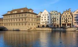 Παλαιά πόλης κτήρια κατά μήκος του ποταμού Limmat στη Ζυρίχη, Ελβετία Στοκ Εικόνες