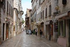 Παλαιά πόλης οδός με τα καταστήματα σε Porec στην Κροατία Στοκ φωτογραφία με δικαίωμα ελεύθερης χρήσης