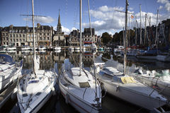 Παλαιά πόλη και σκάφη στο λιμένα σε Honfleur Νορμανδία Γαλλία σε Octobe Στοκ εικόνα με δικαίωμα ελεύθερης χρήσης