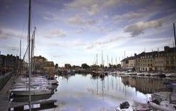 Παλαιά πόλη και σκάφη στο λιμένα σε Honfleur Νορμανδία Γαλλία σε Octobe Στοκ Φωτογραφίες