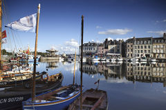 Παλαιά πόλη και σκάφη στο λιμένα σε Honfleur Νορμανδία Γαλλία σε Octobe Στοκ Φωτογραφία