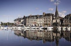 Παλαιά πόλη και σκάφη στο λιμένα σε Honfleur Νορμανδία Γαλλία σε Octobe Στοκ εικόνες με δικαίωμα ελεύθερης χρήσης
