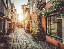 Παλαιά πόλη στην Ευρώπη στο ηλιοβασίλεμα με την αναδρομική εκλεκτής ποιότητας επίδραση φίλτρων στοκ εικόνες με δικαίωμα ελεύθερης χρήσης