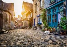 Παλαιά πόλη στην Ευρώπη στο ηλιοβασίλεμα με το αναδρομικό εκλεκτής ποιότητας φίλτρο στοκ εικόνες