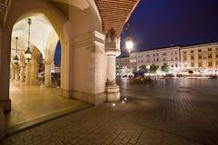 Παλαιά πόλη της Κρακοβίας στην Πολωνία τη νύχτα Στοκ φωτογραφία με δικαίωμα ελεύθερης χρήσης