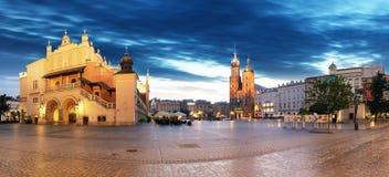 Παλαιά πόλη της Κρακοβίας τη νύχτα Τετράγωνο αγοράς τη νύχτα, πανόραμα Στοκ εικόνες με δικαίωμα ελεύθερης χρήσης