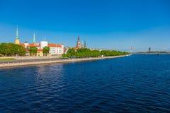 Παλαιά πόλη του ποταμού της Ρήγας και Daugava στη θερινή ημέρα Λετονία Ρήγα Στοκ φωτογραφία με δικαίωμα ελεύθερης χρήσης
