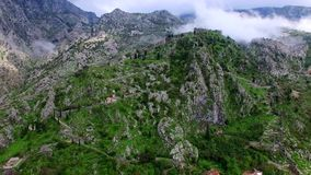 παλαιά πόλη kotor Ο τοίχος γύρω από την πόλη στο βουνό απόθεμα βίντεο