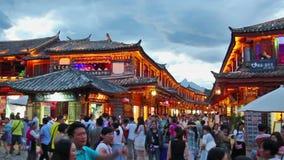 Παλαιά πόλη Lijiang το βράδυ με τον τουρίστα πλήθους απόθεμα βίντεο