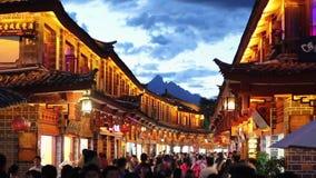 Παλαιά πόλη Lijiang το βράδυ με το λαλημένο τουρίστα απόθεμα βίντεο