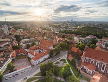 Παλαιά πόλη Vilnius και εκκλησιών και καθεδρικών ναών του ST Anne τετράγωνο, πύργος κουδουνιών εκκλησιών του ST Johns στο υπόβαθρ Στοκ Εικόνες