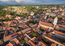 Παλαιά πόλη Vilnius με τον πύργο κουδουνιών εκκλησιών του ST Anne και εκκλησιών του ST Johns με τη Δημοκρατία Uzupis στο υπόβαθρο Στοκ Φωτογραφία