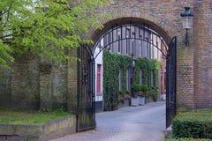 Παλαιά πύλη και καταστήματα επεξεργασμένου σιδήρου στη Μπρυζ Βέλγιο στοκ εικόνα