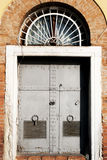 Παλαιά πύλη σιδήρου στο τουβλότοιχο Στοκ Εικόνες