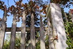 Παλαιά πύλη φρακτών στύλων Στοκ φωτογραφία με δικαίωμα ελεύθερης χρήσης