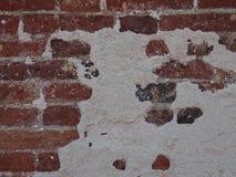 Παλαιά πλινθοδομή στον επισκευασμένο τοίχο Στοκ εικόνα με δικαίωμα ελεύθερης χρήσης
