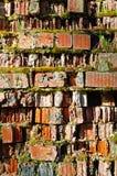 Παλαιά ραγισμένη πλινθοδομή φιαγμένη από τούβλινο και που καλύπτεται εν μέρει με το πράσινες βρύο και τη βλάστηση - φυσικό υπόβαθ Στοκ φωτογραφία με δικαίωμα ελεύθερης χρήσης
