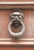 Παλαιά ρωμαϊκά ρόπτρα πορτών σε μια μορφή θεότητας ατόμων Στοκ Φωτογραφία