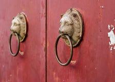 Παλαιά ρόπτρα μετάλλων με το κεφάλι λιονταριών Στοκ φωτογραφία με δικαίωμα ελεύθερης χρήσης