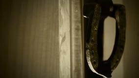 Παλαιά ρόπτρα πορτών εισόδων κάστρων Πρόσφατος κτύπος επισκεπτών τρεις φορές απόθεμα βίντεο