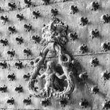 Παλαιά ρόπτρα πορτών σε μια στερεωμένη πόρτα Στοκ Φωτογραφίες