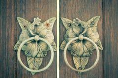 παλαιά ρόπτρα πορτών Στοκ Εικόνες