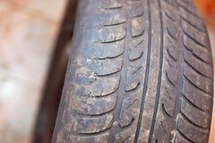 Παλαιά ρόδα αυτοκινήτων με το σβημένο βήμα Στοκ φωτογραφία με δικαίωμα ελεύθερης χρήσης