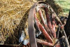 Παλαιά ρόδα βαγονιών εμπορευμάτων με το σανό Στοκ εικόνα με δικαίωμα ελεύθερης χρήσης