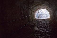 Παλαιά σήραγγα πετρών του φρουρίου από το εσωτερικό Στοκ εικόνα με δικαίωμα ελεύθερης χρήσης