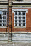 Παλαιά σκάλα εξόδων κινδύνου οικοδόμησης Στοκ Φωτογραφία