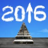 Παλαιά σκαλοπάτια με το άσπρο βέλος του 2016 επάνω στα σύννεφα μορφής Στοκ Φωτογραφίες