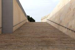 Παλαιά σκαλοπάτια στην πύλη πόλεων του κεφαλαίου Valletta - της Μάλτας, Ευρώπη Στοκ φωτογραφίες με δικαίωμα ελεύθερης χρήσης