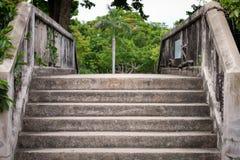 Παλαιά σκαλοπάτια τσιμέντου Στοκ φωτογραφίες με δικαίωμα ελεύθερης χρήσης