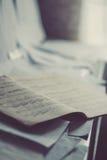 Παλαιά σκονισμένα σημειώσεις και φύλλα του εγγράφου που αποθηκεύονται σε έναν σωρό σε ένα εκλεκτής ποιότητας πιάνο Στοκ φωτογραφία με δικαίωμα ελεύθερης χρήσης