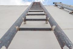 Παλαιά σκουριά μετάλλων σκαλοπατιών βιομηχανική μέχρι τη δεξαμενή νερού Στοκ φωτογραφία με δικαίωμα ελεύθερης χρήσης